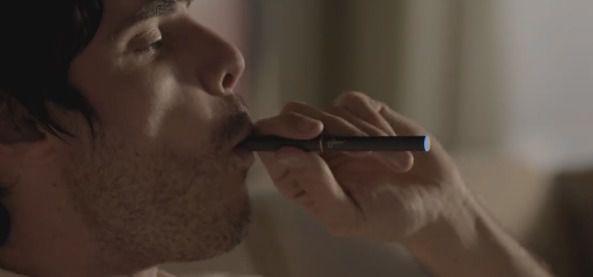 プルーム・テック を吸う男